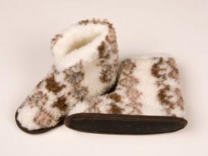 Ein Klassiker aus Schafwolle – Hüttenschuhe gegen kalte Füße